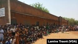 Des élèves dans la cour d'une école, Ouagadougou, le 7 février 2020. (VOA/Lamine Traoré)