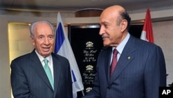 Israeli President Shimon Peres (L) shakes hands with Egyptian intelligence chief Omar Suleiman during their meeting in Tel Aviv, 04 Nov 2010