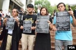 香港大學學生會會長馮敬恩(左二)手持海報,呼籲各界人士參與10月9日的論壇。(美國之音湯惠芸攝)