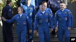 Sleva na desno: američki astronaut Kevin Ford i ruski kosmonauti Oleg Novicki i Jevgenij Tarelkin