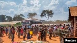 Wakimbizi wa Burundi waliokimbia vita na mvutano wa kisiasa nchini kwao wakiwa katika kambi ya wakimbizi ya Nyarugusu magharibi ya Tanzania, Mei 28, 2015