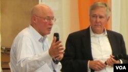 美国前财政部长保尔森(左)接受采访谈中国