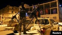 지난 2월 리비아 벵가지 '자유광장'에 복면을 쓴 무장단체 대원이 서있다.