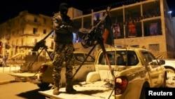Seorang anggota kelompok militan Libya di Benghazi (foto: dok).
