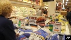 感恩节前超级市场里出售的火鸡