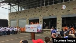 El gobierno de EE.UU. responde con la ayuda humanitaria a una petición del presidente interino de la nación, Juan Guaidó, quien ha señalado que el país atraviesa una crisis humanitaria, que a su vez niega el gobierno en disputa de Nicolás Maduro.