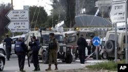 Binh sĩ Israel và cảnh sát kiểm tra hiện trường một vụ tấn công ở ngã tư Gush Etzion, Bờ Tây, ngày 18 tháng 3 năm 2016.