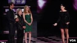 Bullock recibió el premio Generación, en la ceremonia de los MTV en donde también se besó con la actriz Scarlett Johansson.