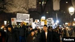 نیویارک میں گرینڈ جیوری کے فیصلے کے خلاف مظاہرے میں شریک افراد۔