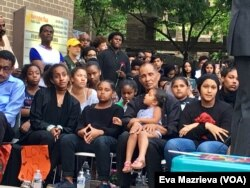 Ayah dan adik-adik Nabra Hassanen ikuti acara mengenang Nabra di Reston, Virginia, Rabu sore (21/6).