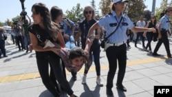 თურქეთის პოლიცია საპროტესტო დემონსტრაციის მონაწილეს აკავებს, 14 სექტემბერი, 2017