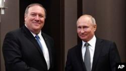 Rusiya prezidenti Vladimir Putin və ABŞ dövlət katibi Mayk Pompeo Soçidə görüş zamanı, 14 may, 2019.