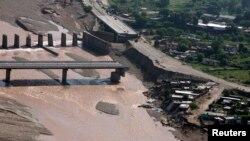 Hình chụp từ trên không cho thấy phần còn lại của một cây cầu bị nước lũ cuốn trôi ở sông Tawi, ngoại ô Jammu, ngày 9/9/2014.
