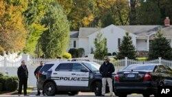 پولیس کے اہلکار نیویارک میں واقع سابق صدر بل کلنٹن اور ان کی اہلیہ ہیلری کلنٹن کے گھر کے باہر تعینات ہیں۔