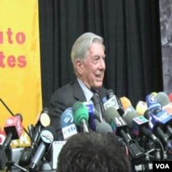 Mario Vargas Llosa na press konferenciji u New Yorku, nakon saopćenja da mu je dodjeljena Nobelova nagrada za književnost