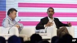 Prezidan Kolonbi a, Juan Manuel Santos (a goch) chita bò kote Prezidan Barack Obama nan Somè Dèzamerik la, nan Katajèn, Kolonbi, samdi 14 avril 2012. (Foto AP/Carolyn Kaster)
