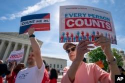 이민 인권운동가들이 지난 4월 워싱턴 DC의 대법원 앞에서 인구조사(Census)에 시민권 질문이 들어가는 문제를 두고 시위하고 있다.