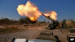 Quân ly khai thân Nga bắn trọng pháo và hướng sân bay quốc tế Sergey Prokofiev ở Donetsk, miền đông Ukraine, 14/10/14