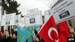 Các thành viên của 1 đảng thân Hồi giáo hô khẩu hiệu chống Pháp và Tổng thống Pháp bên ngoài Đại sứ quán Pháp tại Ankara, Thổ Nhĩ Kỳ, 21/12/2011