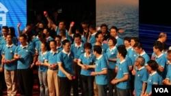 馬英九總統向洪秀柱祝賀,(左為 黨主席朱立倫 美國之音楊明拍攝)
