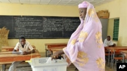 A woman casts her vote for Niger's presidential election at a polling station in Niamey, March 12, 2011