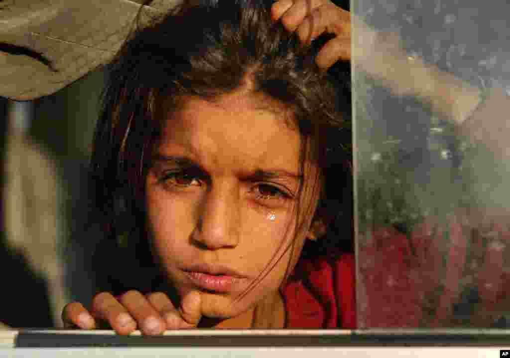 Türkiyənin hərbi əməliyyatı nəticəsində didərgin düşən suriyalı qız avtobusda Mosuldakı Bardaraş düşərgəsinə gəlir.