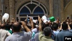تجمع مردم خرمشهر مقابل مسجد جامع شهر در اعتراض به شوری آب و نبود آب آشامیدنی