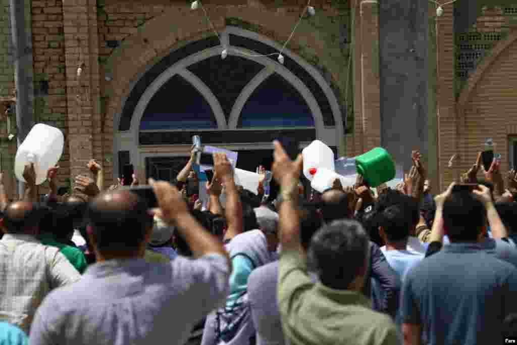 تجمع مردم خرمشهر در اعتراض به قطع آب و شوری آب آشامیدنی ادامه دارد. مقام ها وعده داده اند اما هنوز آب آشامیدنی شهر مشکل دارد.