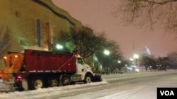 一輛鏟雪車駛過美國首都國會山莊附近的獨立大道。(美國之音王南拍攝)