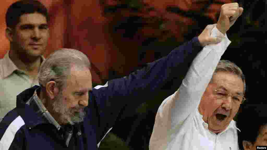 Traspaso del poder en 2011 a su hermano, Raúl.