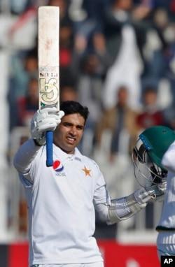 عابد علی سیجنری کرنے کے بعد خوشی کا اظہار کر رہے ہیں۔