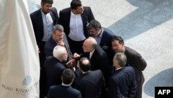 El ministro de Relaciones Exteriores de Irán, Mohammad Javad Zarif (centro a la izquierda) y otros funcionarios iranís conversan en privado luego de una reunión con las potencias mundiales y Estados Unidos.