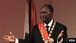 Presiden Alassane Ouattara dalam upacara pelantikan di Yamoussoukro, Pantai Gading, Sabtu (21/5).