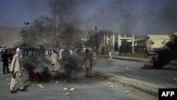 Người Hồi giáo Shia giận dữ đốt vỏ xe, phản đối vụ những người trong cộng đồng của họ bị những kẻ có súng không rõ lai lịch giết chết ở Quetta, Pakistan, ngày 30 tháng 7, 2011