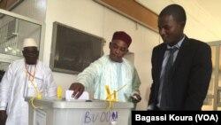 Le président Mahamadou Issoufou votant lors de l'élections présidentielle au Niger le 20 mars 2016. (VOA/Bagassi Koura)