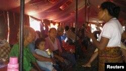 Warga desa Pulau Palue yang terkena imbas meletusnya gunung Rokatenda, beristirahat di tenda penampungan pengungsi di Maumere, provinsi Nusa Tenggara Timur (12/8).