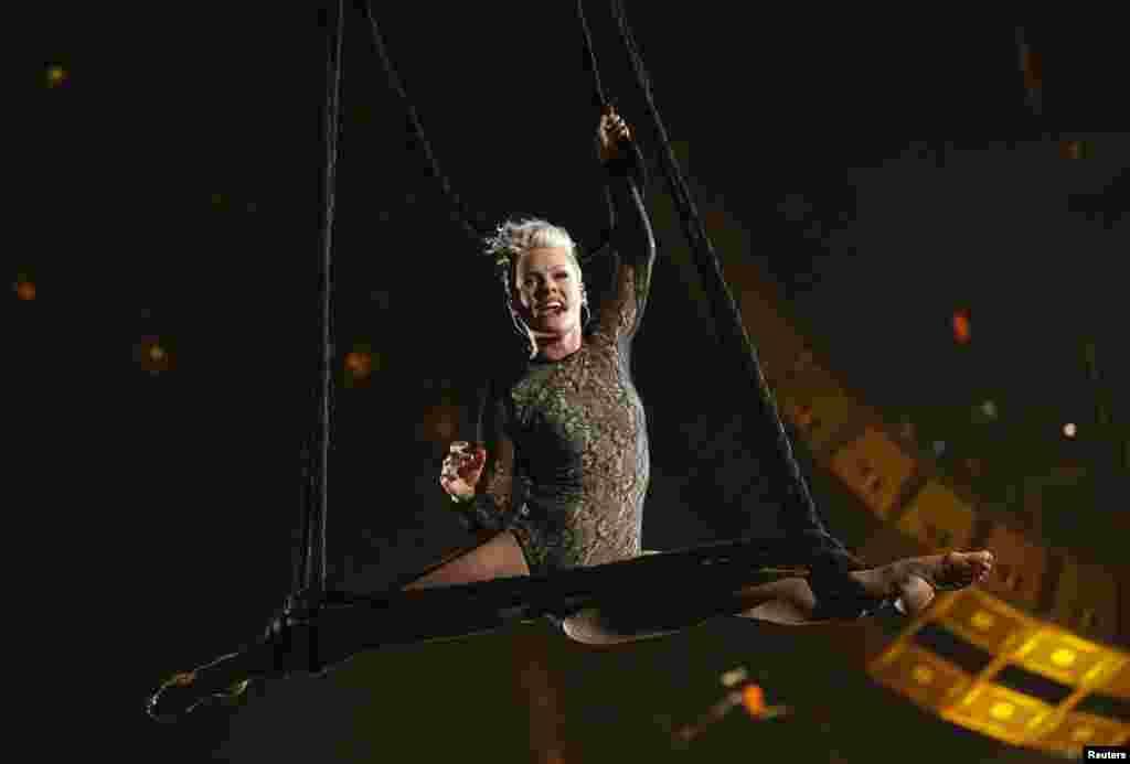 """Pink suspensa no ar com elásticos enquanto canta """"Try"""" na 56ª Gala Grammy em Los Angeles, Jan. 26, 2014."""