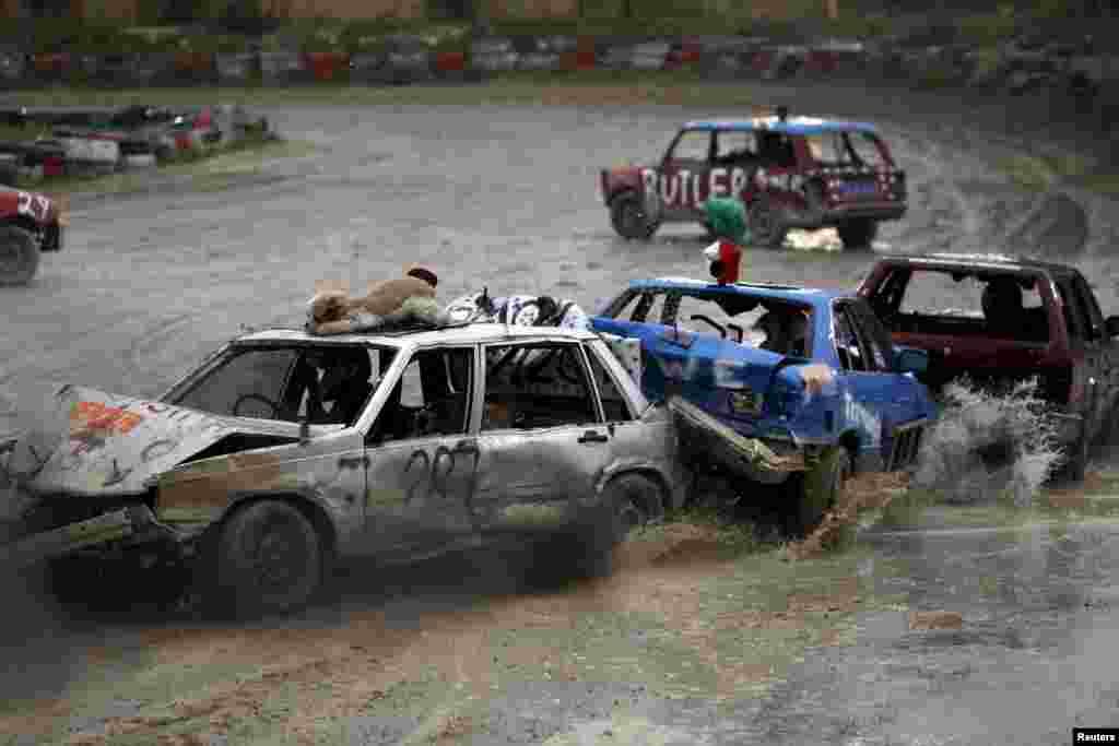 몰타 수도 발레타 외곽 타칼리에서 구호 기금 마련을 위한 자동차파괴경주가 열렸다.