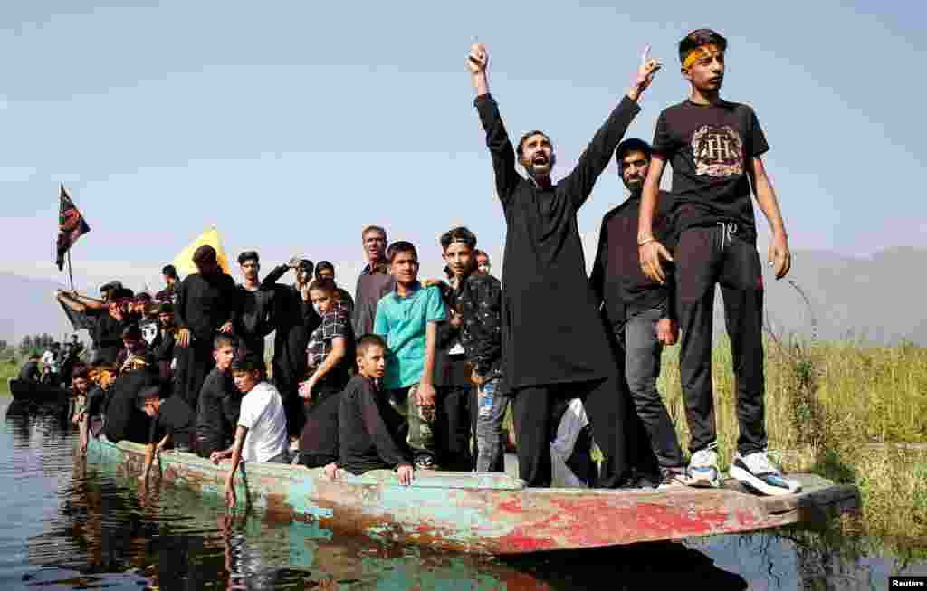 بھارت کے زیرِ انتظام کشمیر میں سرینگر کی ڈل جھیل میں کشتیوں پر جلوس نکالا جاتا ہے۔