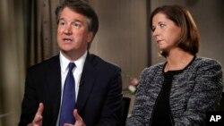 Brett Kavanaugh, dan istrinya, Ashley Estes Kavanaugh, dalam wawancara dengan televisi FOX News, Senin (24/9).