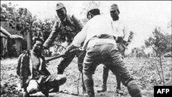 Japon askerler Nankin'de Çinliler üzerinde süngü talimi yapıyor