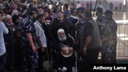 Des Palestiniens attendent en ligne à l'entrée de Rafah à la frontière entre l'Egypte et la Palestine, dans le sud de Gaza, 11 mai 2016.