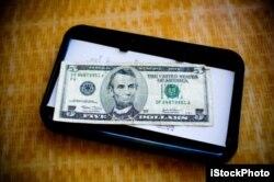 Thông thường người ta hay tip khoảng $2,3 hay $5. Đừng quy đổi mệnh giá sang tiền Việt Nam, bạn sẽ còn bị shock hơn đấy...