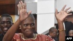 L'ancienne première dame de la Côte-d'Ivoire, Simone Gbagbo, salue de la main ses partisans à son arrivée au palais de justice d'Abidjan où s'est ouvert, devant la cour d'assises, un procès pour crimes contre l'humanité commis lors des violences post-électorales de 2010, à Abidjan, Côte d'Ivoire, 9 mai 2016.