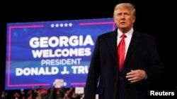 Predsjednik Trump na mitingu za republikanske senatore Davida Perduea i Kelly Loeffler 5. decembra 2020. (Foto: Reuters/Jonathan Ernst)