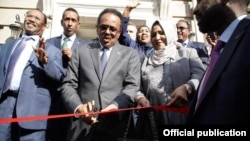 Madaxweyne Farmaajo oo xariga ka jaraya dhismaha safaaradda Somalia ee Washington