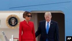 Rais Trump na mkewe Melania wakiwasili Ufaransa