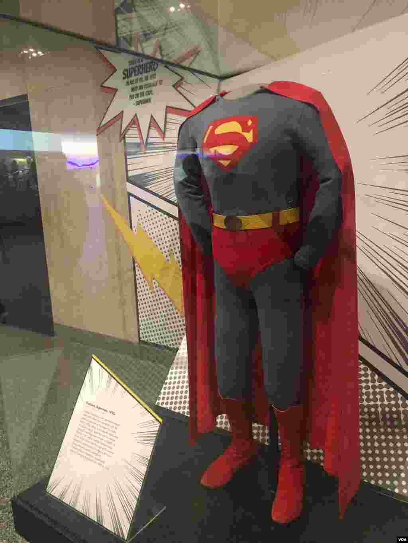 نمایشگاه ابرقهرمانها در واشنگتن - لباس سوپرمن که «جرج ریوز» آن را در سریال «ماجراهای سوپرمن» بین سالهای ۱۹۵۲ تا ۱۹۵۸ پوشید، در این نمایشگاه قرار داده شد. سوپرمن اولین ابرقهرمان کمیک است.