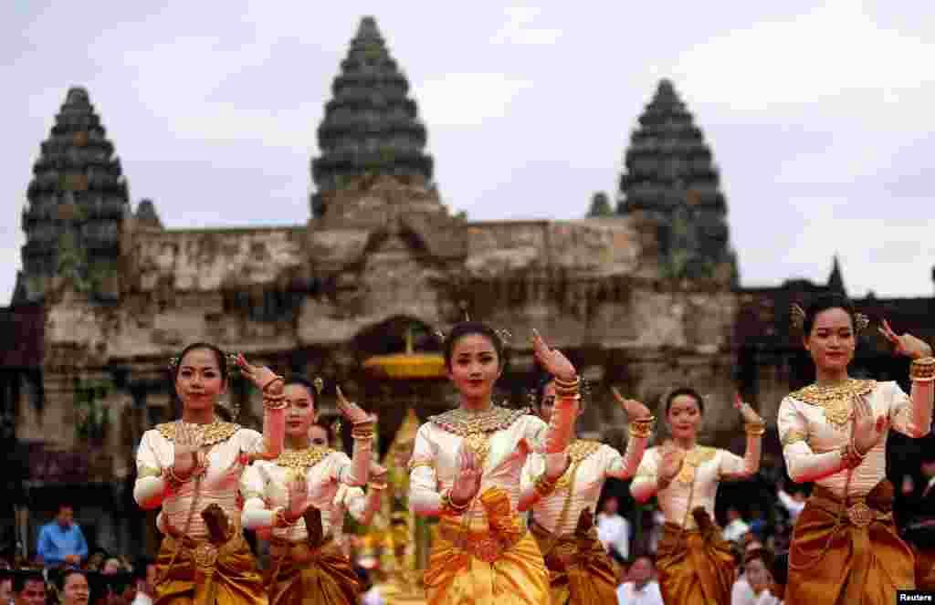 رقصندگان در مقابل معبد انگکور وات در کامبوج برای برقراری صلح و ثبات در کشورشان دعا می کنند. مجموعه معابد انگکور وات بزرگترین معبد بودائیان در جهان است.