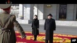 北韓領導人金正恩與夫人抵達平壤閱兵式現場